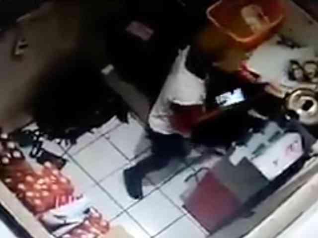 26207 medium video aksi maling bermodus numpang ke wc di minimarket karawang