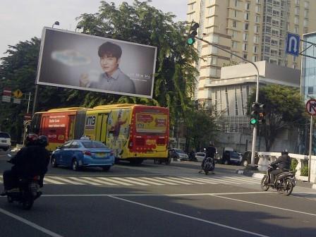 2645 medium papan reklame ilegal berdiri di jl gajah mada