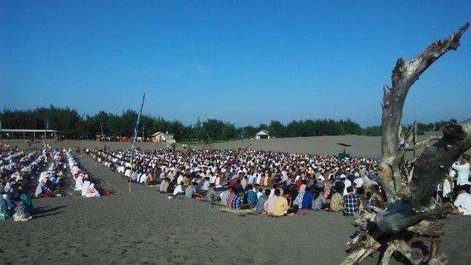 26712 medium ribuan umat islam hadiri salat idul fitri di gumuk pasir parangkusumo 20180611 220615