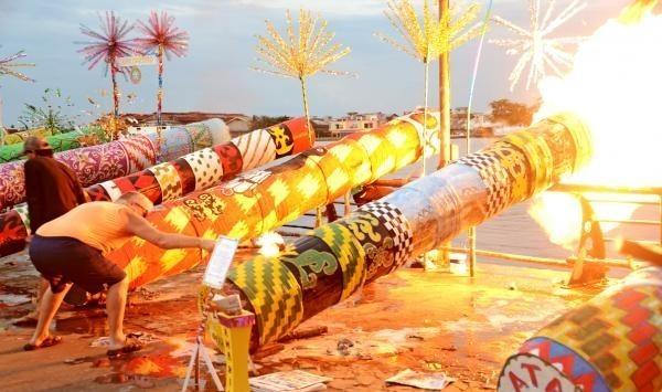 26747 medium festival meriam karbit  tradisi idul fitri di pontianak