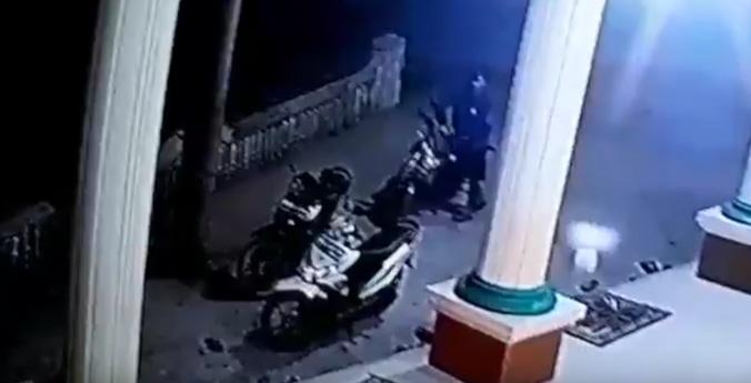 26823 medium viral!! maling motor di masjid tertangkap cctv