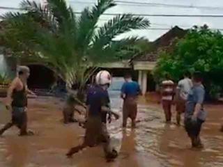 27066 small video detik detik banjir bandang melanda banyuwangi