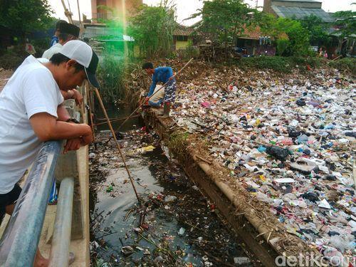 2709 medium sampah sungai