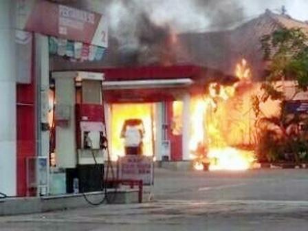 2715 medium pom bensin di penggilingan terbakar
