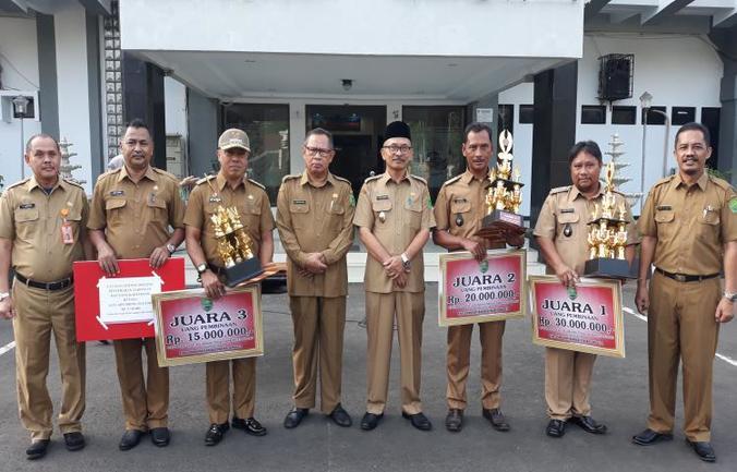 27565 medium plt bupati subang berikan penghargaan kepada juara lomba desa 645989