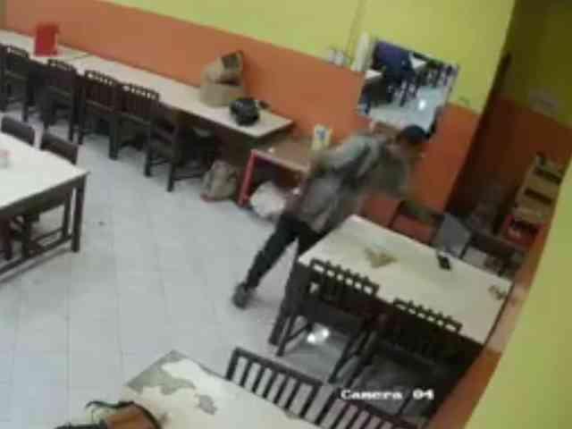 27994 medium video viral aksi pria curi ponsel di rumah makan padang