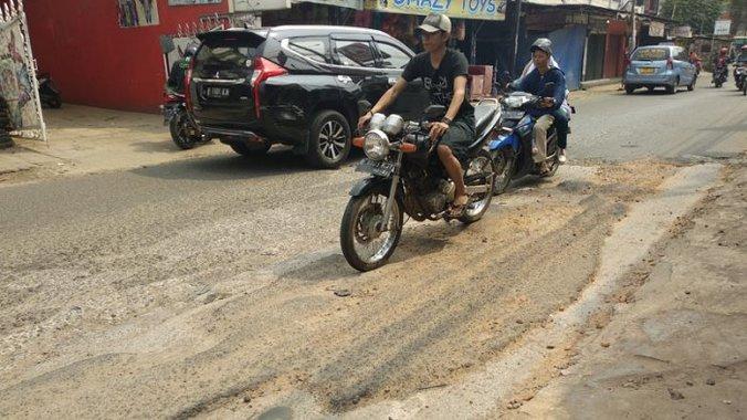 28001 medium baru diperbaiki  jalan bintara raya kembali rusak
