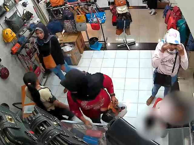 28040 medium video aksi 3 wanita curi tas di mal cimahi  pelaku ditangkap polisi