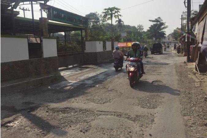 28111 medium jalan gas alam di depok rusak berat
