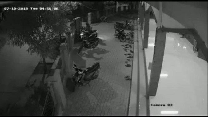 28117 medium maling motor terekam kamera cctv sedang gasak motor di halaman masjid
