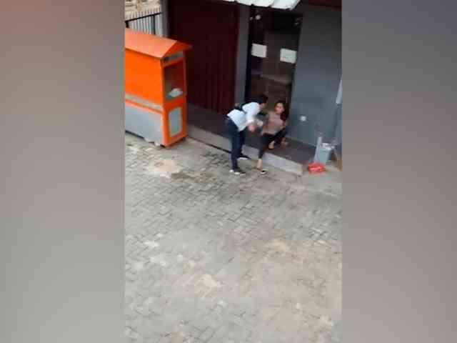 28190 medium video aksi heroik pria selamatkan wanita disiksa pasangannya di cimahi
