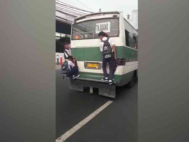 28397 medium video aksi nekat bocah smp gelantungan di bus kopaja saat melaju
