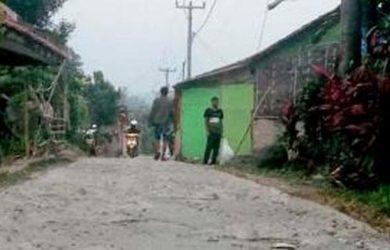 28779 medium jalan di kampung tamankulon bogor rusak parah