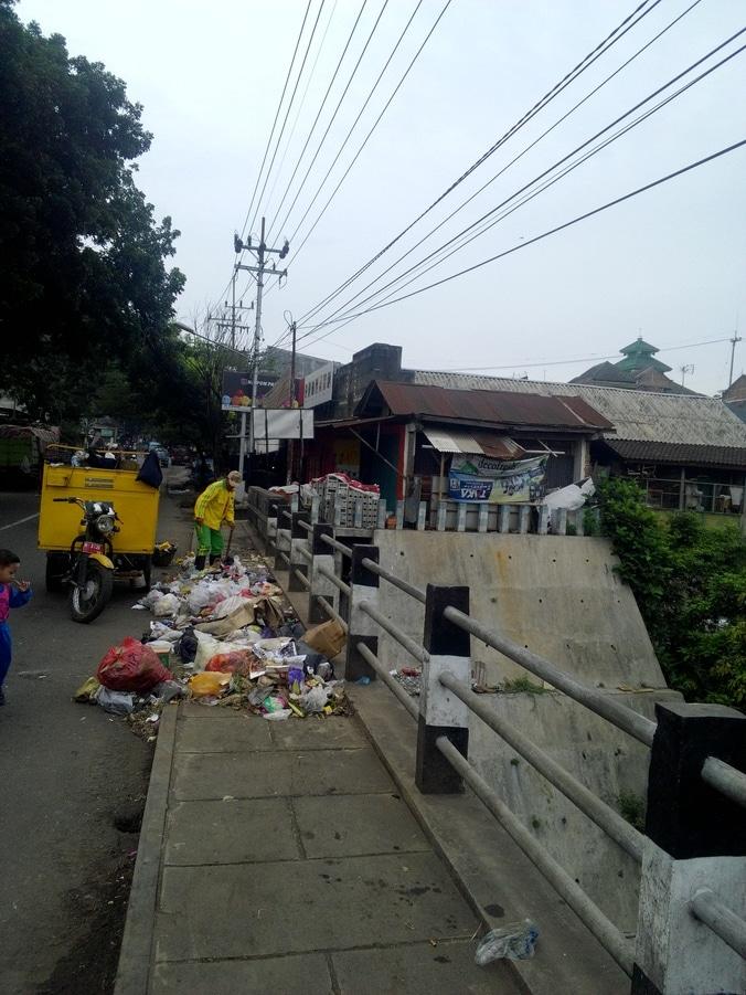 28795 medium 2. sampah di jembatan muharto