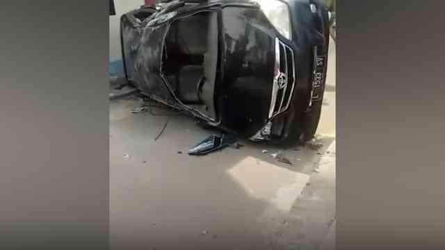 28843 medium video kecelakaan mobil terguling di malang  sopir tewas usai terpental