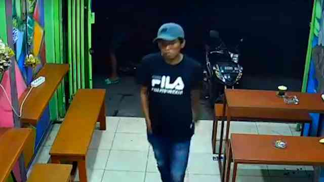 29464 medium video aksi pria curi ipad milik karyawan kafe di surabaya