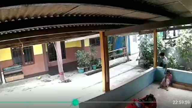 31545 medium video pria rampas ponsel milik bocah saat main di teras rumah