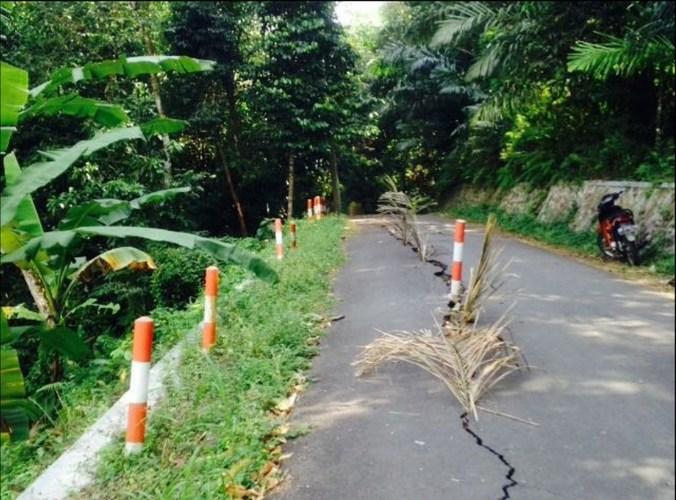 31649 medium 1.529 meter jalan rusak di lombok barat imbas gempa tanggal 5 agustus 2018