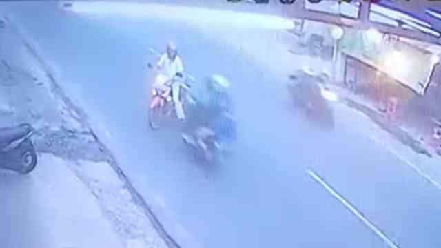 31792 medium video driver gojek tabrak kakek pengendara motor di yogyakarta