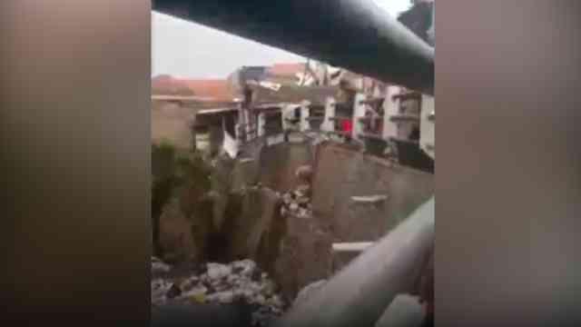 31907 medium video viral aksi pria buang tumpukan sampah ke sungai di bandung