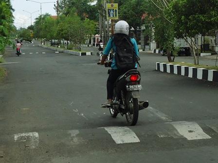 3301 medium polisi tidur di jl gading putih raya picu kemacetan