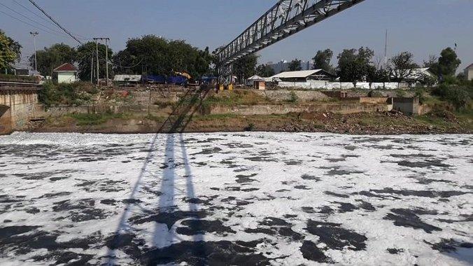 33998 medium kali bekasi tercemar parah  51 ribu rumah tak teraliri air bersih