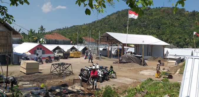 34000 medium bank mandiri bangun 300 huntara di desa kekait  lombok barat