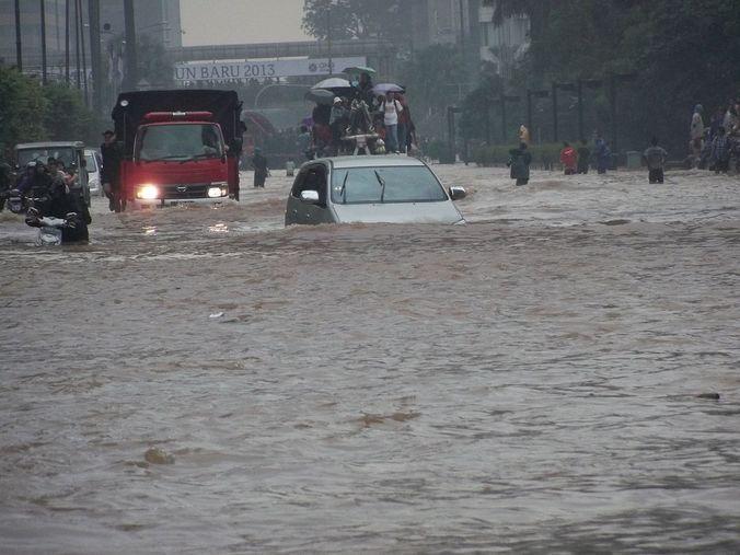 34023 medium musim hujan  berikut 4 titik rawan banjir di jakarta