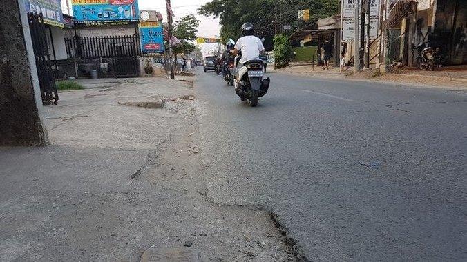 35482 medium tepi ruas jalan raya hankam kota bekasi rusak akibat galian pln