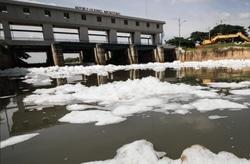 36585 small kanal banjir timur dipenuhi sampah