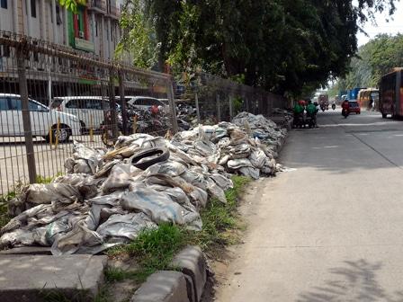 3670 medium karung lumpur bertumpuk di trotoar jl raya enggano