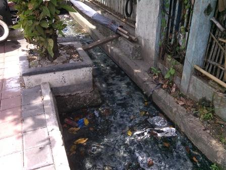 3691 medium warga minta saluran air jl bugis raya dinormalisasi
