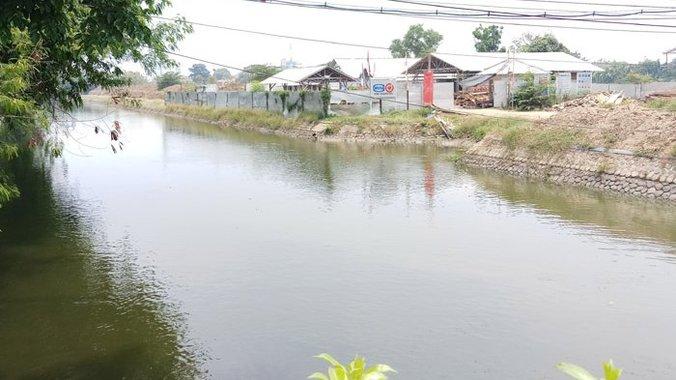 37979 medium musim hujan  14 komplek perumahan di bantaran kali bekasi berikut rawan terendam banjir