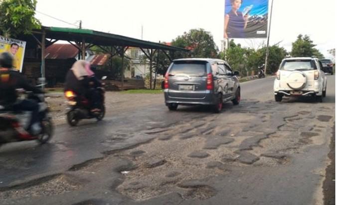 38236 medium anggaran dipangkas  jalan rusak di bekasi tak tertangani