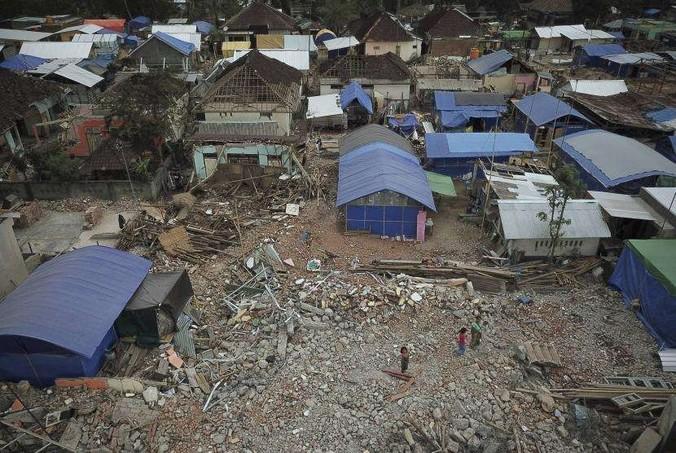 38237 medium masuki musim hujan  sejumlah pengungsian di lombok mulai tergenang banjir