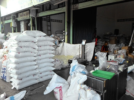 4016 medium harga beras di pasar induk masih tingg