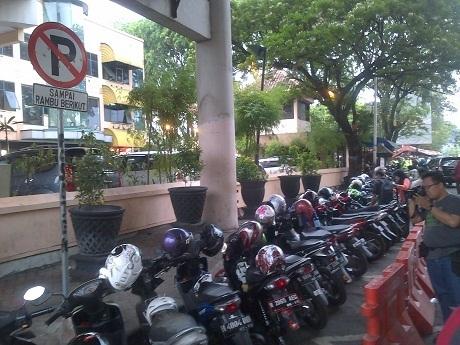 4056 medium kawasan jl tomang raya marak parkir liar