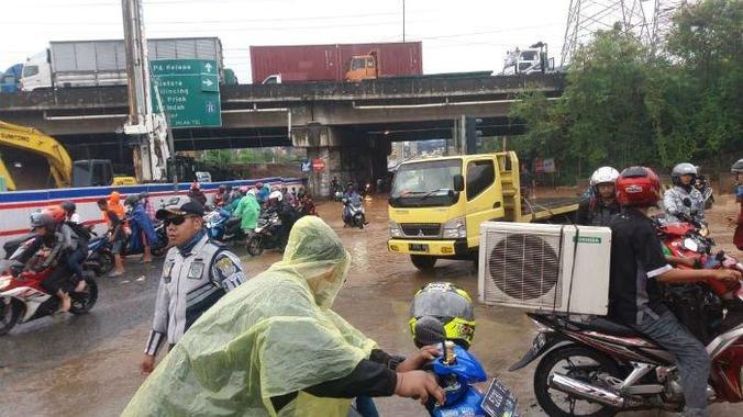 40841 medium hujan deras bikin kolong tol jorr bintara banjir  motor banyak yang mogok