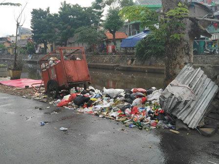 4104 medium bau sampah di jalan inspeksi kali ciliwung dikeluhkan