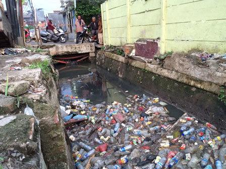 4105 medium saluran phb menteng pulo raya dipenuhi sampah