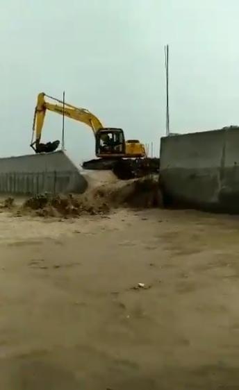 42078 medium tanggul sungai jebol  sejumlah rumah warga di semarang terendam banjir