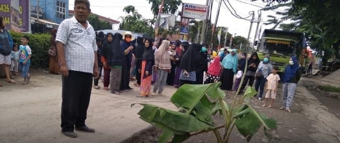42080 medium protes jalan rusak  puluhan emak emak hadang truk di legok
