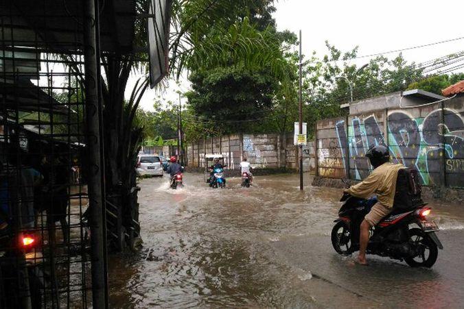42082 medium musim hujan  berikut titik rawan banjir di depok