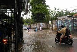 42082 small musim hujan  berikut titik rawan banjir di depok