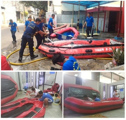 424 small relawan perahu karet