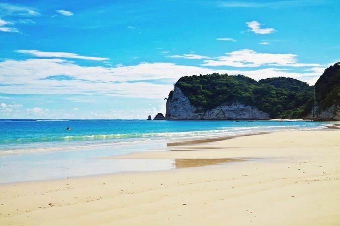 42625 medium terdapat 2 pilihan lokasi hotel yang berada di pantai tarimbang yakni hotel marthen dan hotel peters magic paradise hotel