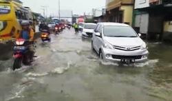 42687 small banjir jalur pantura semarang makin tinggi  lalu lintas tersendat