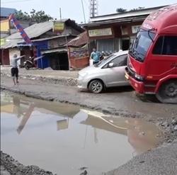 42693 small kondisi kerusakan jalan raya legok satu lajur terendam air seperti kolam