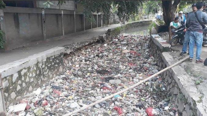 43302 medium tumpukan sampah di kali pengairan di jalan kh abu bakar