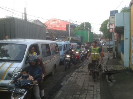 4333 medium warga hentikan perbaikan jalan di tipar cakung